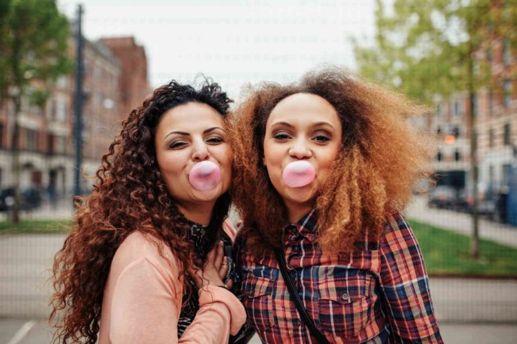 best-friends-chewing-bubble gum